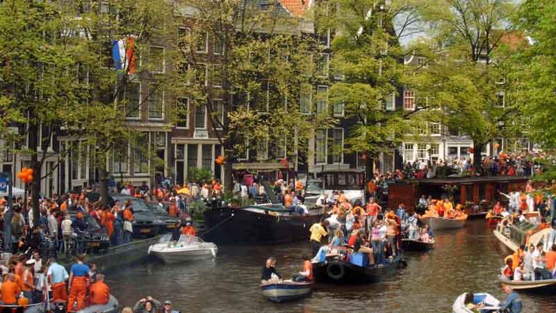 Ambiente festivo en los canales. Foto de: ONT Holanda