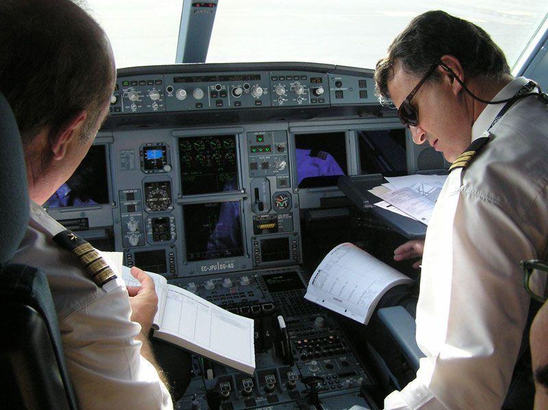 Pilotos en la cabina de un avión de Iberia | Foto: Iberia