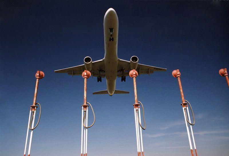 Un avión sobrevuela las luces de aproximación de un aeropuerto | Foto: AENA