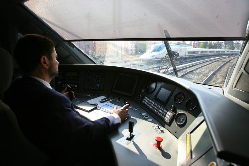 Conductor de un tren AVE en Renfe