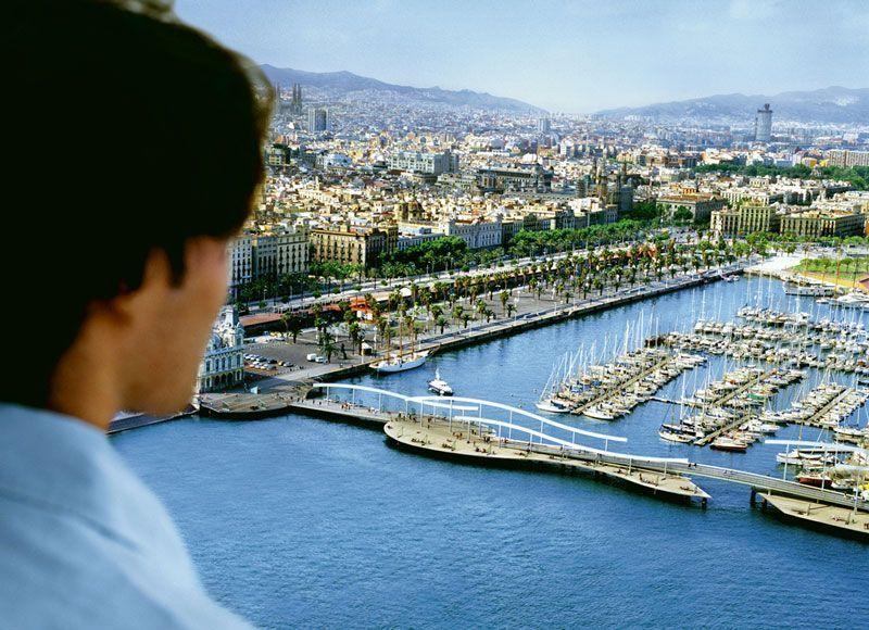 Vista del Port Vell de Barcelona, con la ciudad al fondo   Foto: Turismo de Cataluña