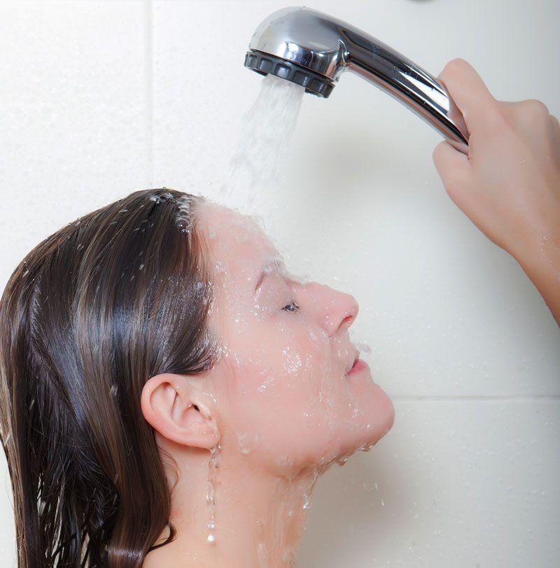 Un momento relajante bajo la ducha de un hotel