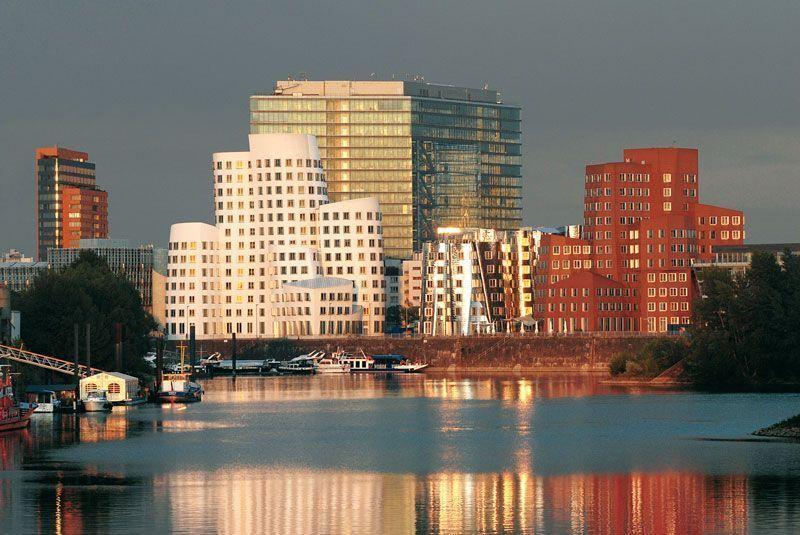Otra vista del puerto con el río Rin en Düsseldorf