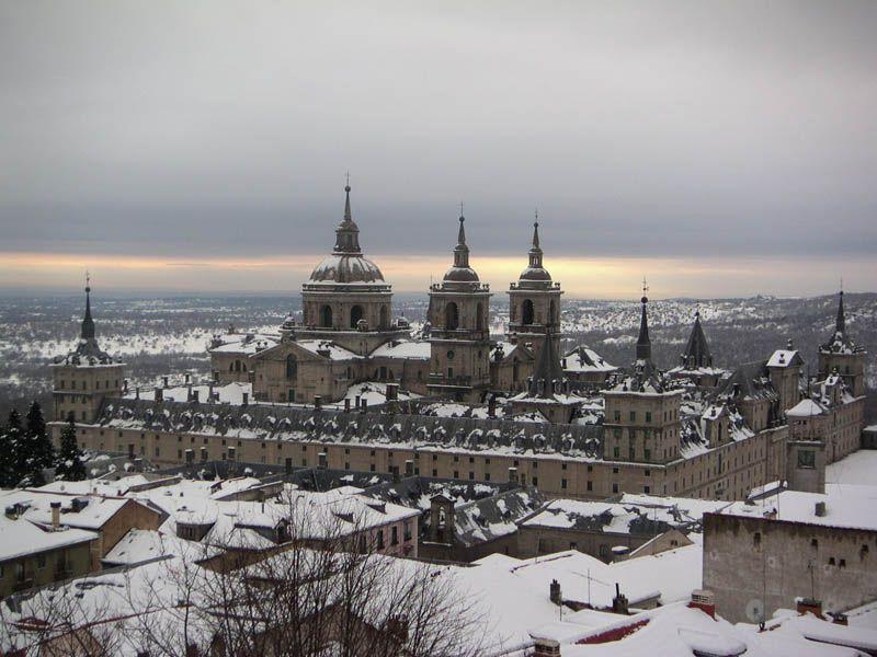 El Monasterio de San Lorenzo de El Escorial en un día nevado | Foto: Hermanos Ayuso
