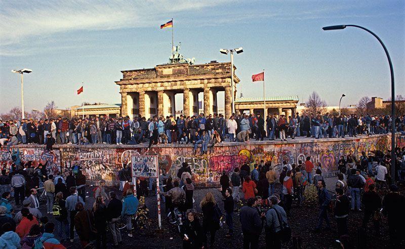 Los berlineses se concentran en la puerta de Brandenburgo para derribar el muro de Berlín | Foto: Hans Peter Stiebing