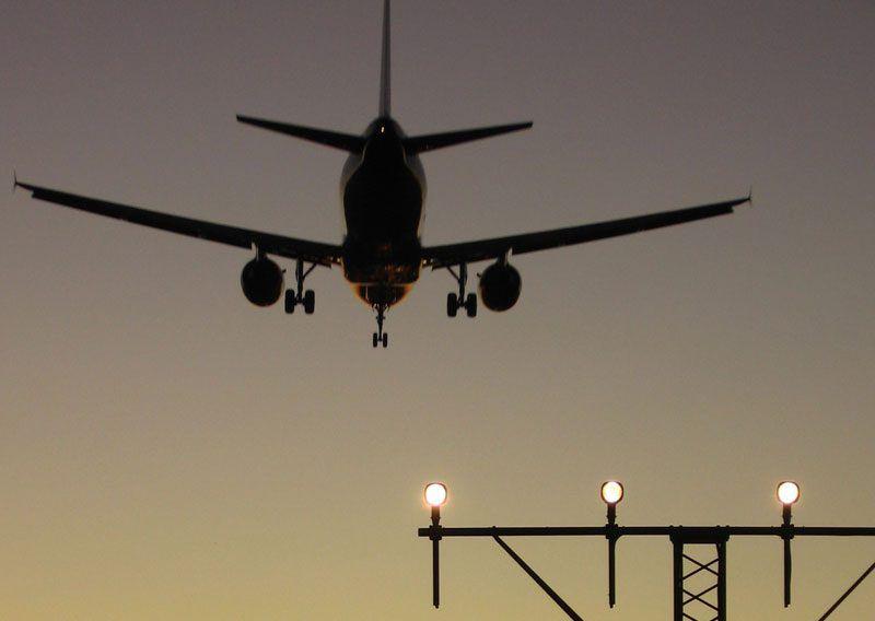 Un avión aterrizando en un aeropuerto español | Foto: Enaire