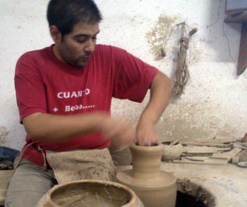 Isidoro Granados hijo en Cerámicas Granados, Lucena | Foto: David Fernández