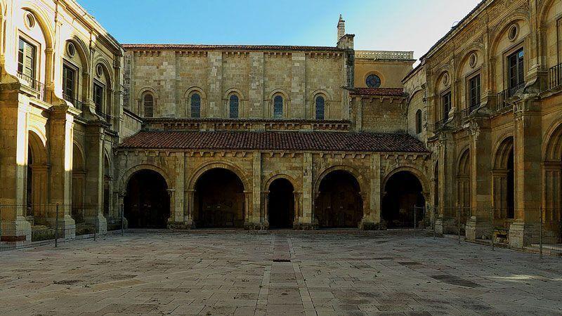 Claustro de la Colegiata de San Isidoro de León, donde se celebraron las Cortes de 1188 por Alfonso IX | Foto: José Luis Filpo, Wikipedia