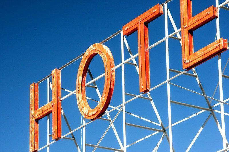 Cartel de hotel | Foto: RyanMcGuire para Pixabay