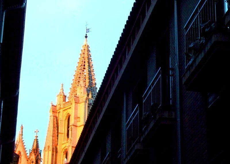 La catedral de León, iluminada en el atardecer | Foto: David Fernández