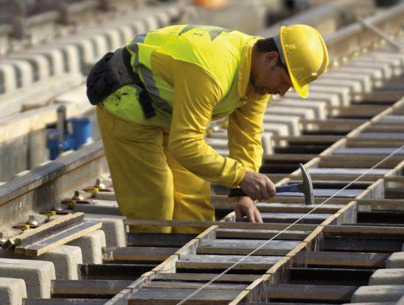 Un obrero se aplica en la construcción de la plataforma para una vía férrea | Foto: Adif
