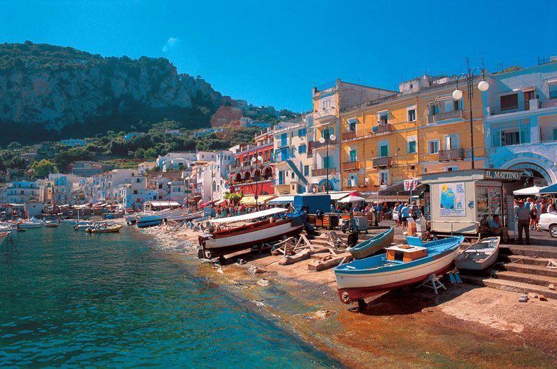 Pequeñas barcas en la playa cercana a la Marina Grande de Capri | Foto: Turismo de Capri
