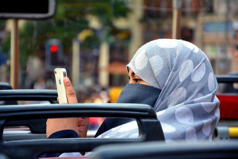 Una mujer árabe usa su móvil para realizar una foto | Foto: Dielmann para Pixabay