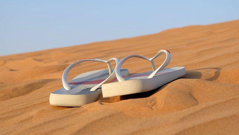 Sandalias en una playa | Foto: Leovalente en Pixabay