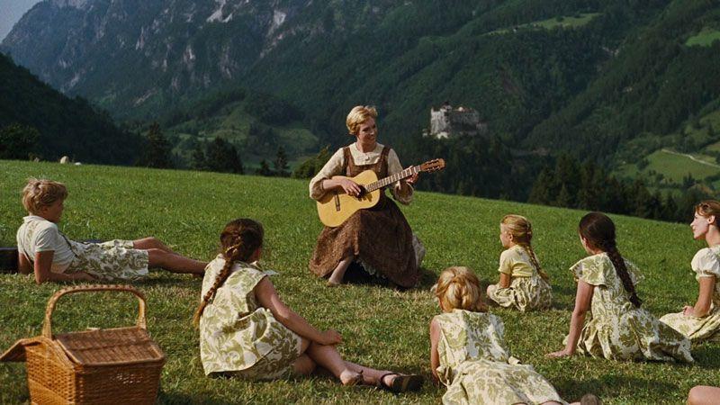 La joven novicia María toca música para los hijos del varón Von Trapp | Foto: 20th Century Fox