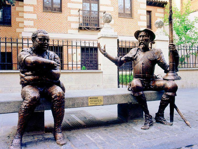 Estatuas de Quijote y Sancho frente a la casa natal de Cervantes en Alcalá de Henares | Foto: Ciudades Patrimonio de la Humanidad