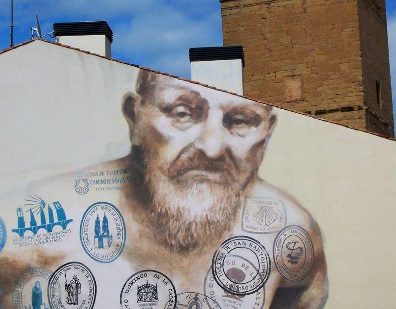 Peregrino en una pared de Logroño   Foto: David Fernández