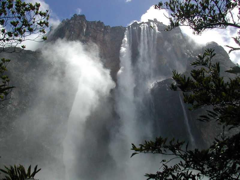 Salto del Angel desde la base - foto ONT Venezuela