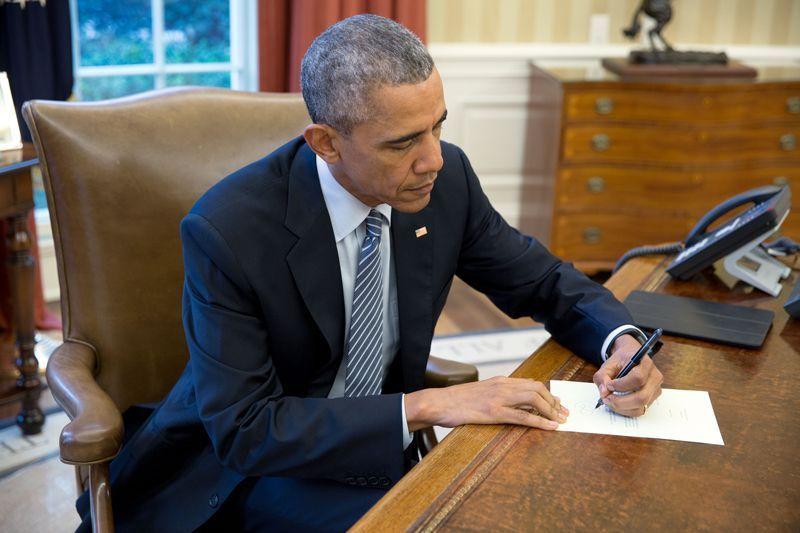 Barack Obama escribe en el Despacho Oval la primera carta que se enviará a Cuba por correo ordinario desde hace 90 años | Foto: Pete Souza para la Casa Blanca