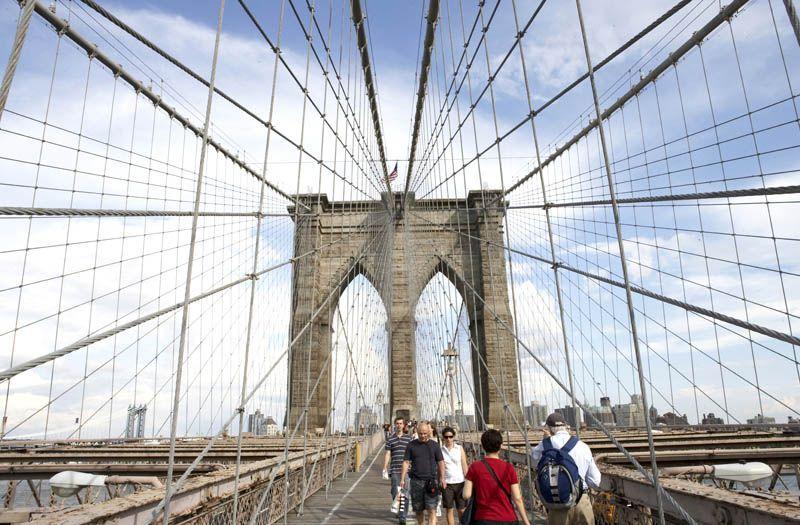 A pie por el Puente de Brooklin - foto OTNY