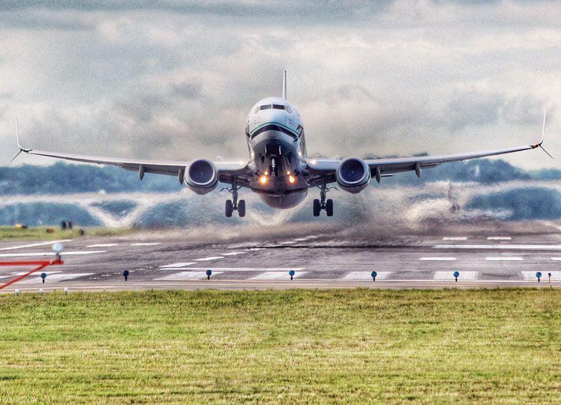 Avión en el momento del despegue | Foto: dcviking para Pixabay
