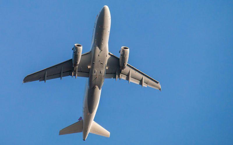 Panza de un avión de pasajeros | Foto: Didgeman para Pixabay