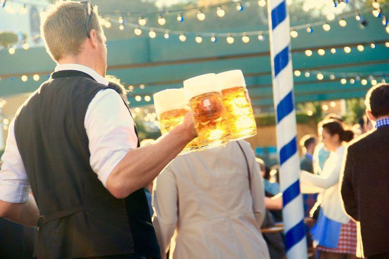 Camarero sirviendo cerveza | Foto: motointermedia para Pixabay