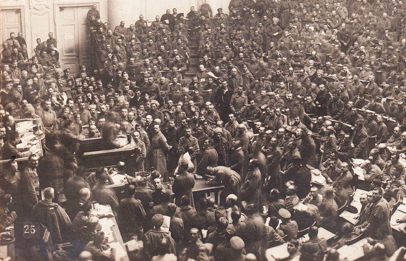 Soviet de Petrogrado en plena acción