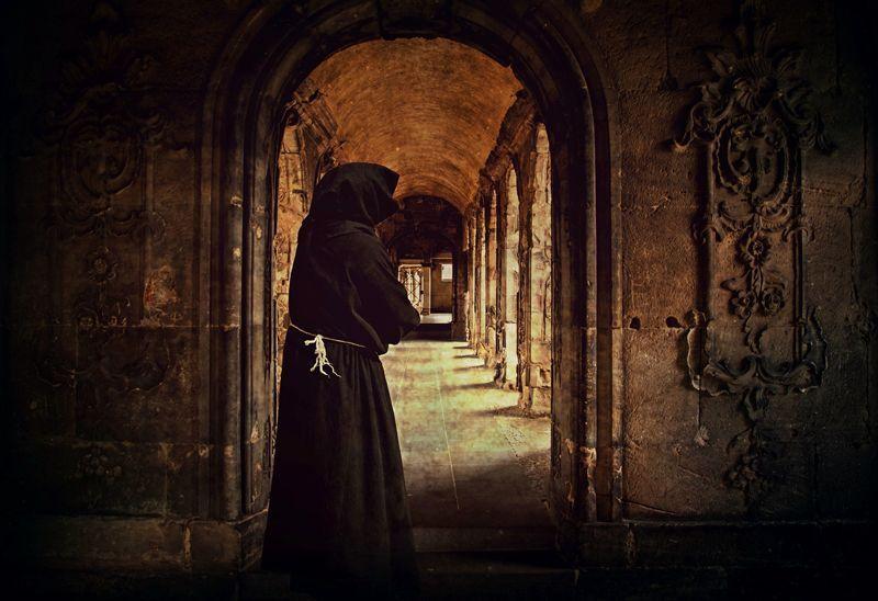 Monje en un monasterio | Foto: Cocoparisienne para Pixabay