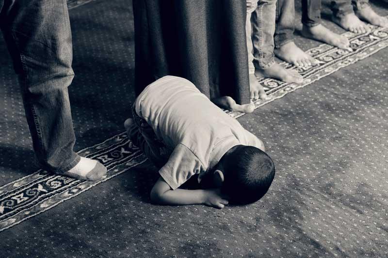 un niño reza en una mezquita | Foto: chidioc para Pixabay