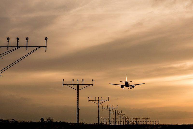 Un avión aterriza | Foto: Pixabay