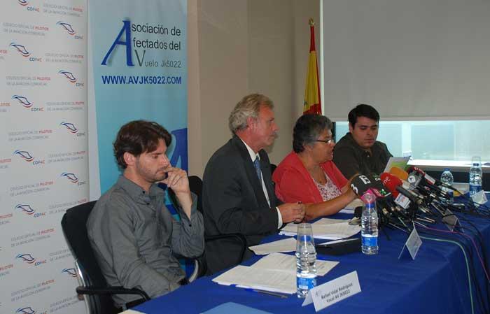 De izquierda a derecha: Rafael Vidal, vocal de la Asociación de Afectados por el Vuelo JK 5022, Luis Lacasa, decano del COPAC, Pilar Vera, presidenta de la Asociación de Afectados, y José Pablo Flores, vocal de la Asociación.