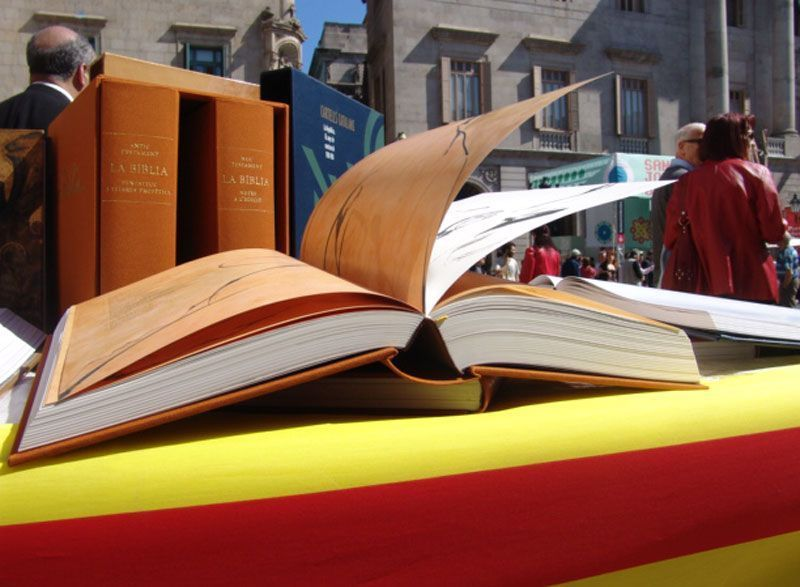 Libros en la Plaza de San Jaime de Barcelona con motivo de la festividad de San Jorge | Foto: Generalitat Catalana