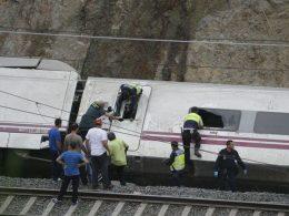 Agentes de la Guardia Civil, Policía y seguridad ayudan en las tareas de rescate del accidente del tren Alvia Madrid-Ferrol de Renfe | Fuente: Ministerio del Interior