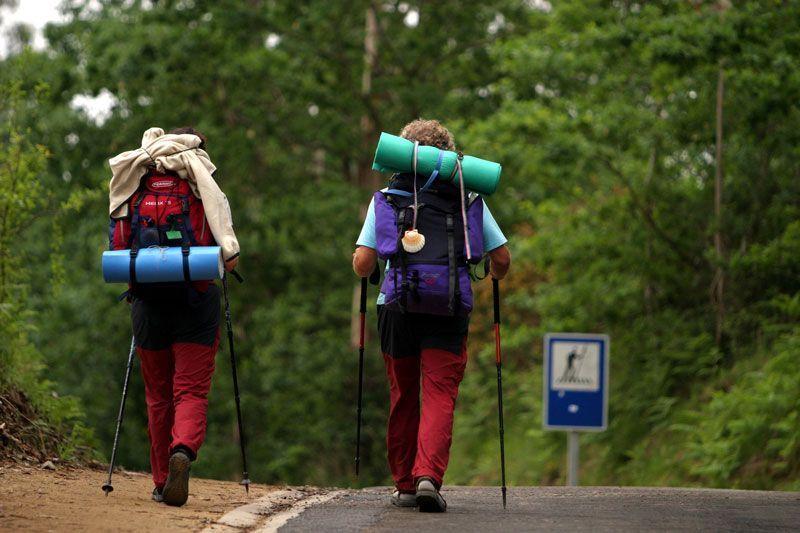 Dos peregrinos en el Camino de Santiago | Foto: Turismo de Santiago de Compostela