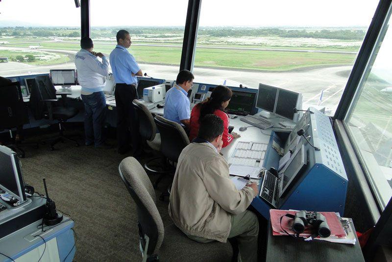 Controladores aéreos en una torre de control