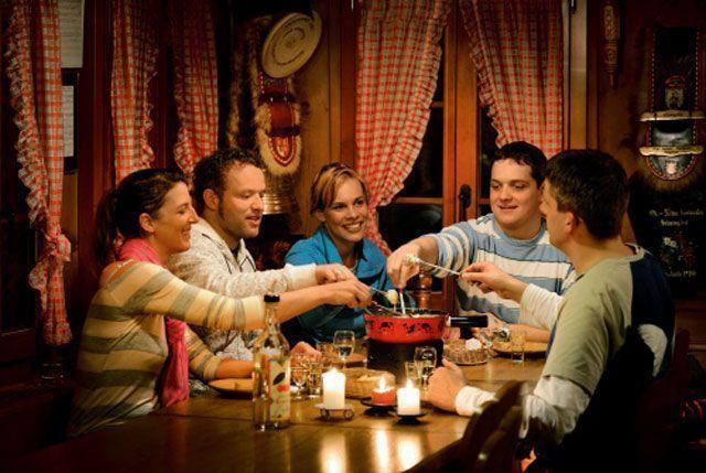 Comiendo fondue | Foto: Turismo de Lucerna