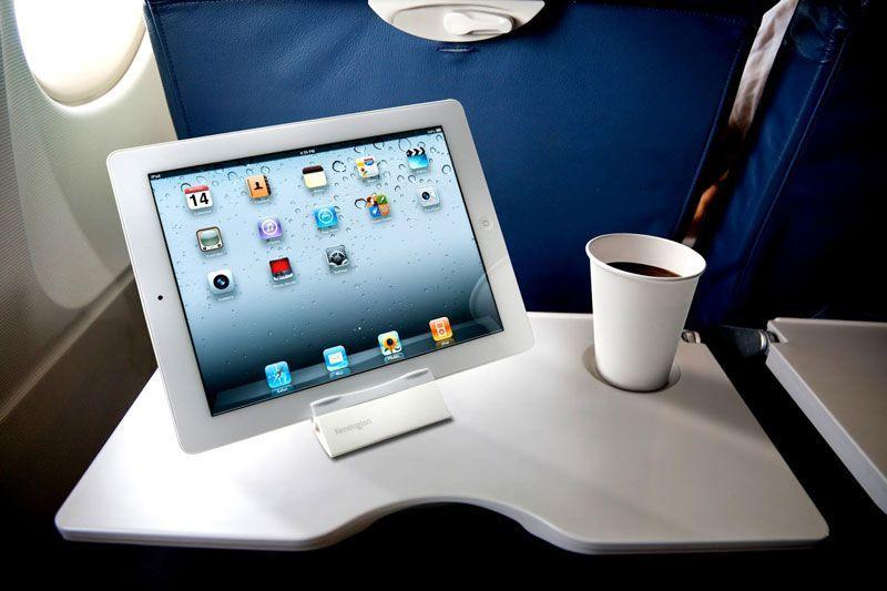 Una tableta en la cabina de pasajeros de un avión comercial