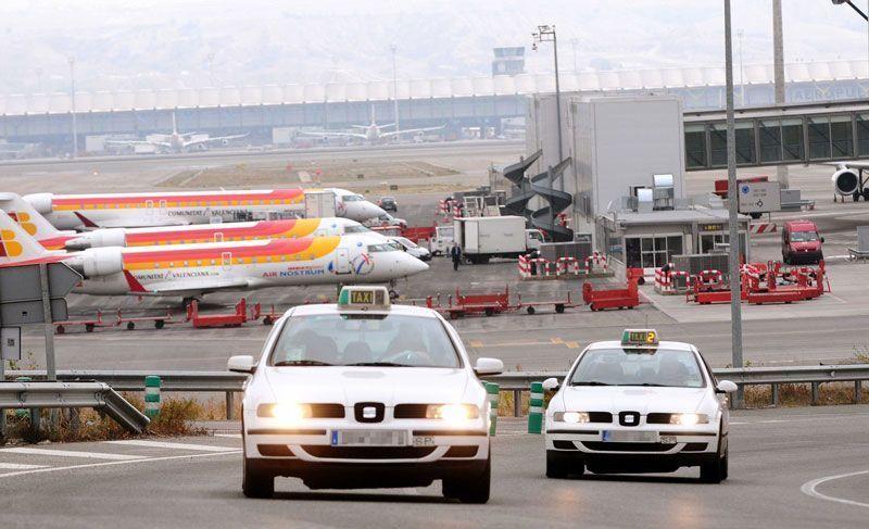 Dos taxis salen del Aeropuerto de Madrid-Barajas | Foto: Ayuntamiento de Madrid