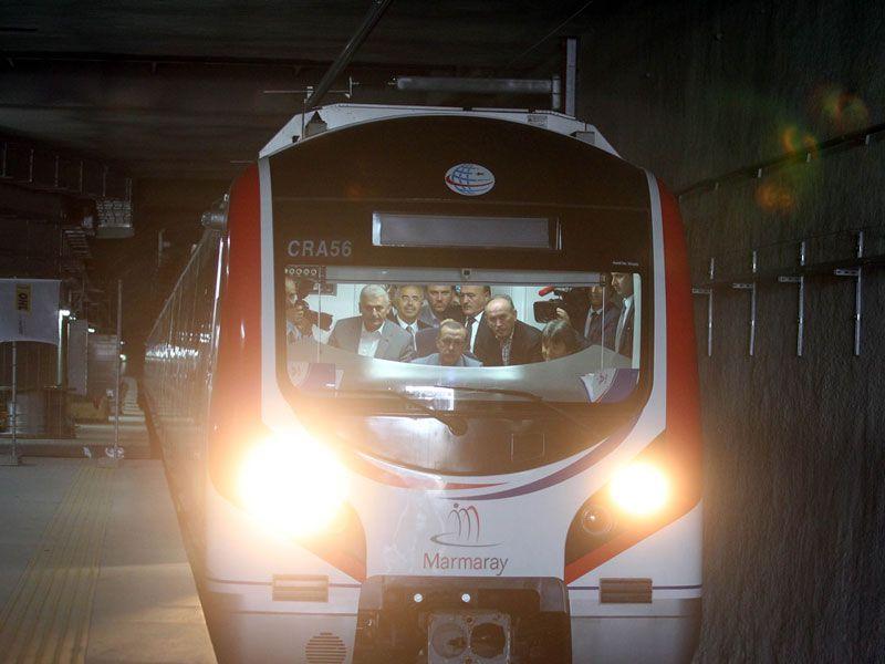 Recep Tayyip Erdogan, primer ministro de Turquía, a los mandos de un tren en la inauguración del túnel Marmaray