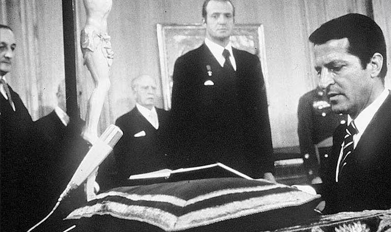 Adolfo Suárez jura el cargo de Presidente del Gobierno español ante el rey Juan Carlos I y Torcuato Fernández-Miranda, presidente de la Cortes