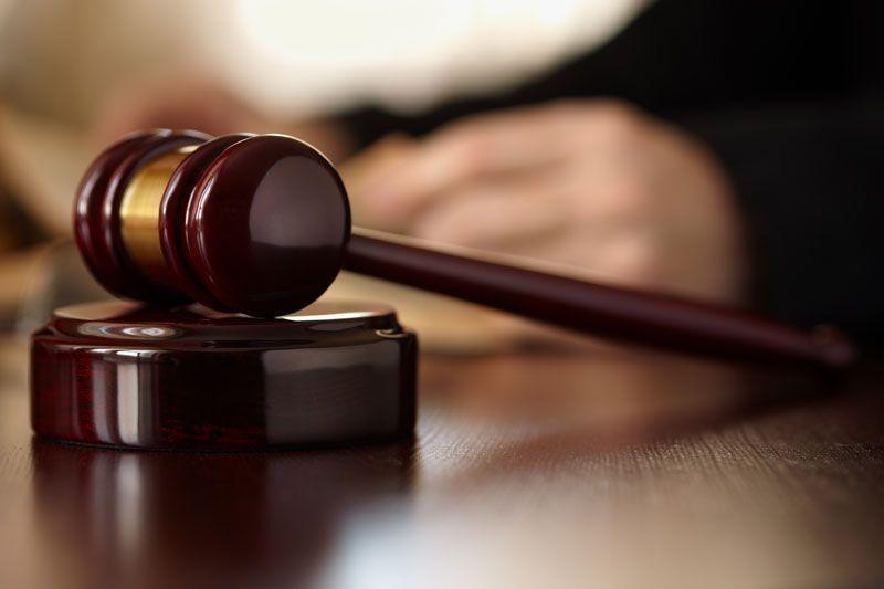 Mazo para impartir justicia en un tribunal