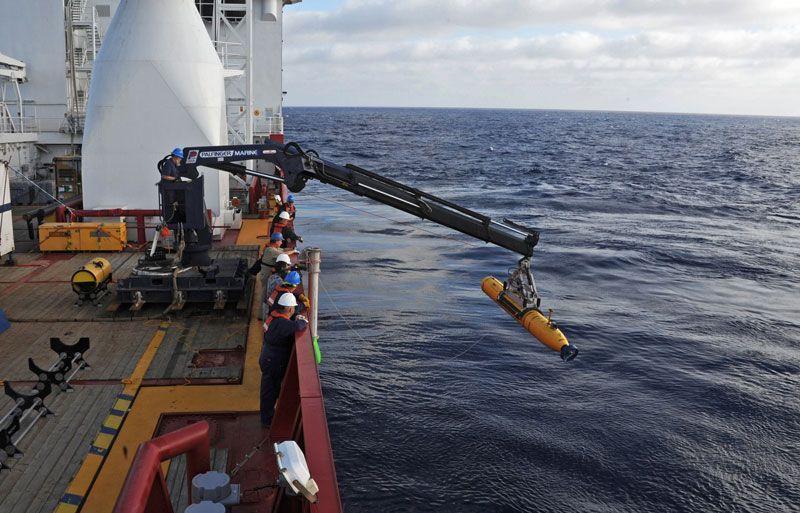 El barco Ocean Shield desplega un robot para buscar el vuelo MH370