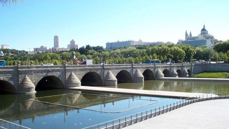 Puente de Segovia con los edificios de la Plaza de España, el Palacio Real y la Catedral de la Almudena, al fondo | Foto: David Fernández