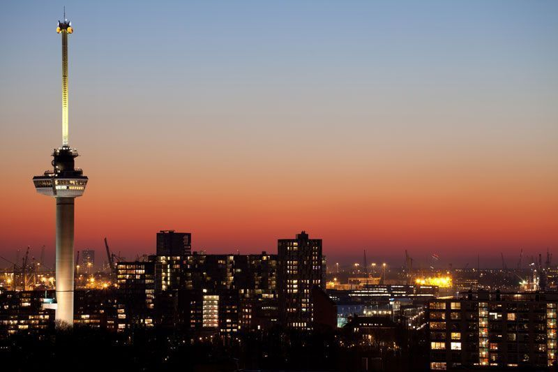 Atardecer en Rotterdam con el Euromaast en primer plano | Foto: Rotterdam Tourism