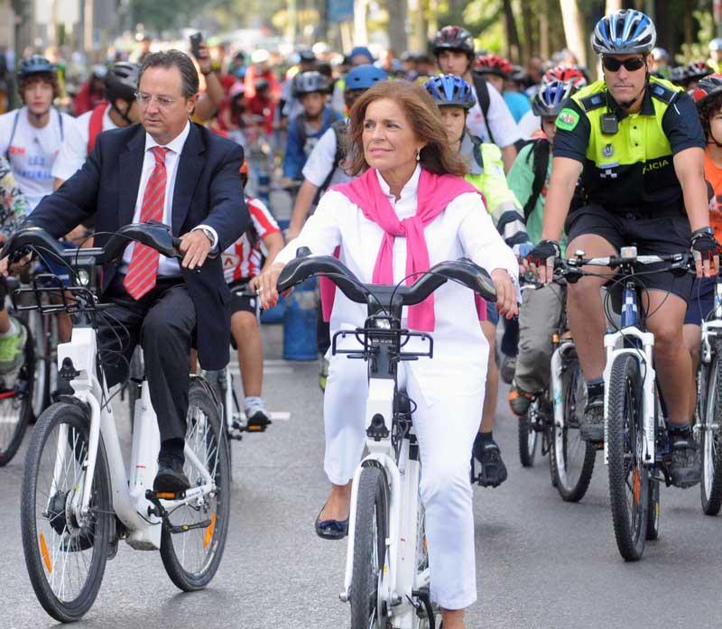 Ana Botella, alcaldesa de Madrid, montando en bici | Foto: Ayuntamiento de Madrid