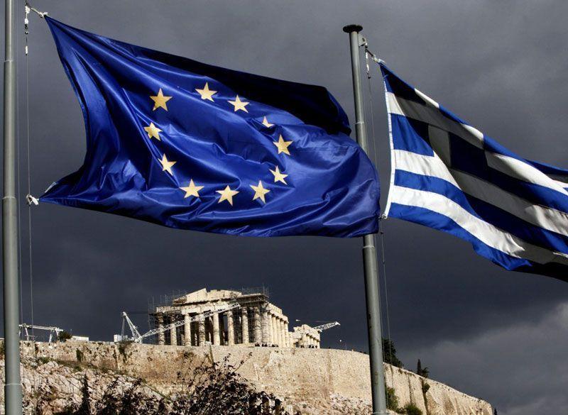 El Partenón de Atenas, con las banderas de la Unión Europea y Grecia en primer plano