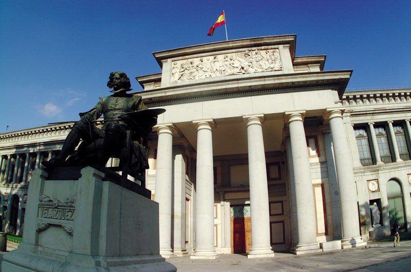 Entrada histórica del Museo del Prado, con el pintor Diego de Velázquez en primer plano   Foto: Turismo de Madrid