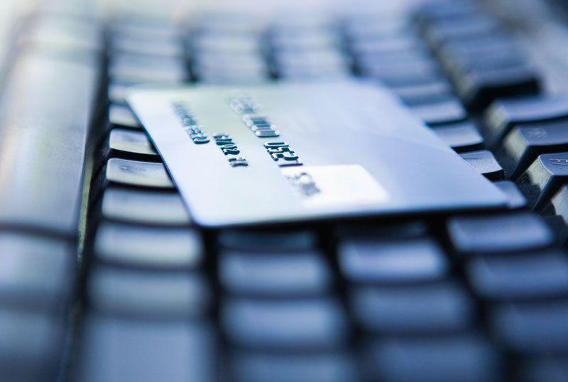 Tarjeta de crédito sobre un teclado, e-commerce, venta on line