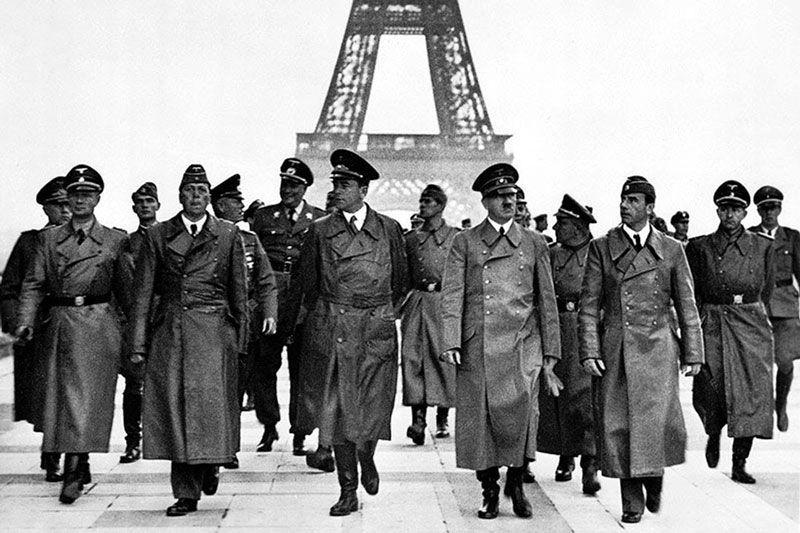 Hitler en la plaza de Trocadero tras tomar París, con la Torre Eiffel al fondo
